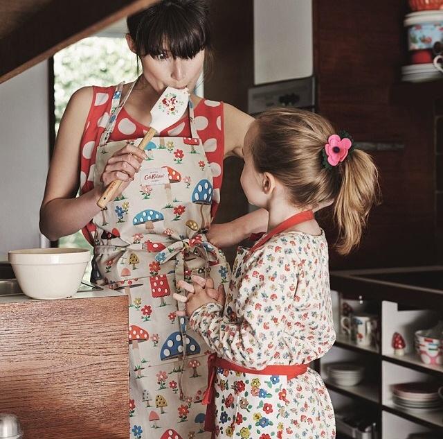 madre e hija cocinando rojo