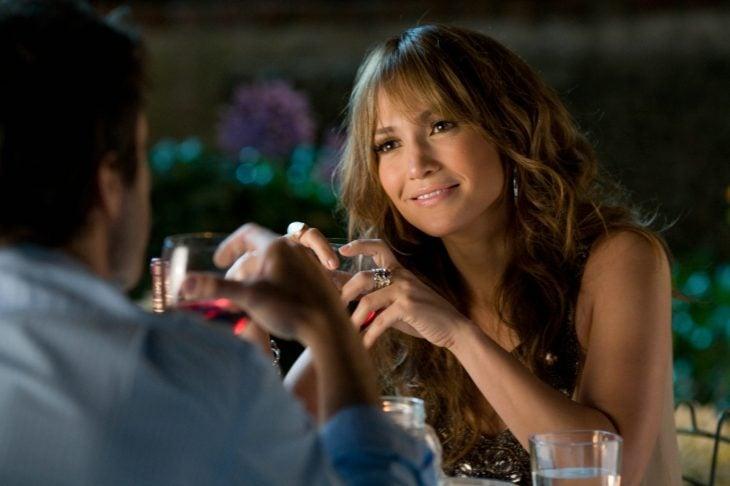mujer sentada conversando con un hombre