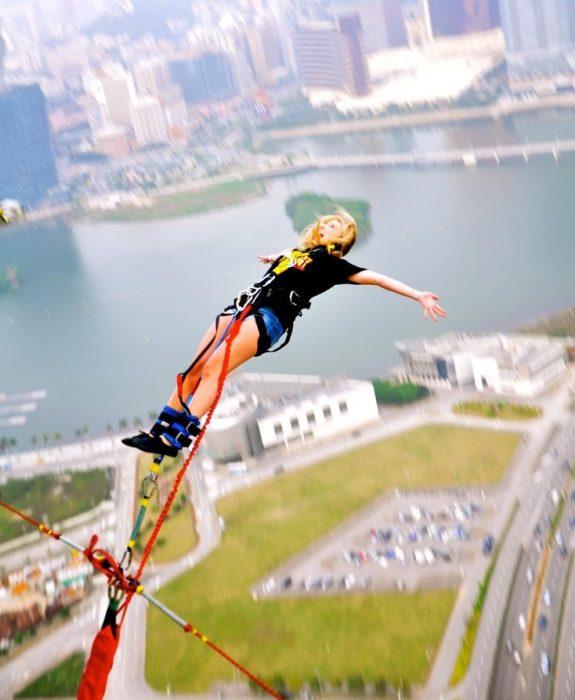 mujer saltando del bungee