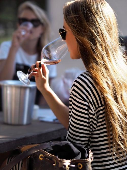 mujer sentada bebiendo vino