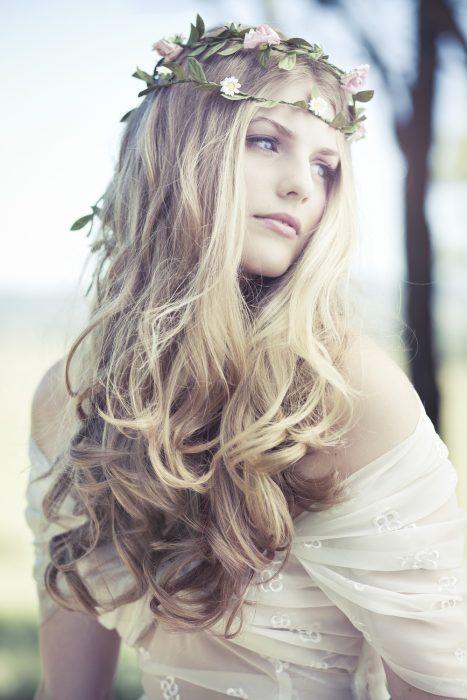 princesa rizos tiara flores feliz rubia