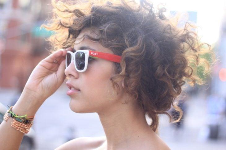 mujer rizada con lentes vintage