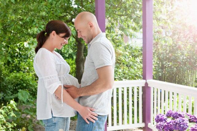 hombre tocando la panza de una mujer embarazada