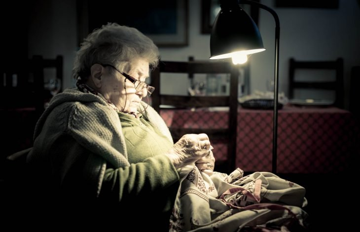 abuelita cosiendo en mecedora