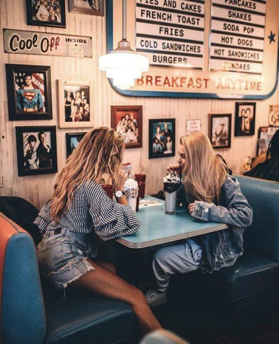 amigas tomando una malteada en cafetería