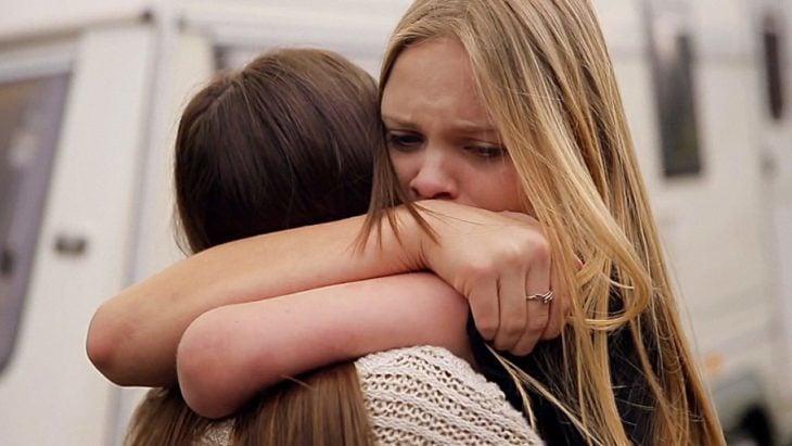amigas dándose un abrazo fuerte