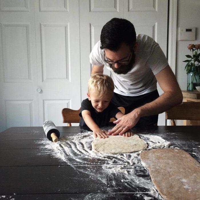 papá e hijo preparando masa para cocinar
