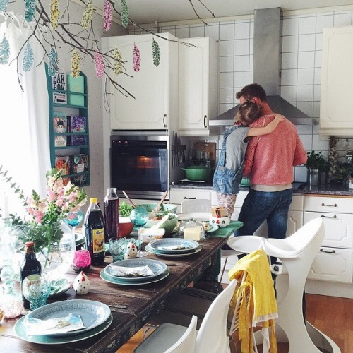 Papá cocinando con su niña pequeña