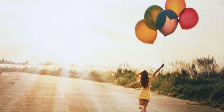 mujer globos feliz