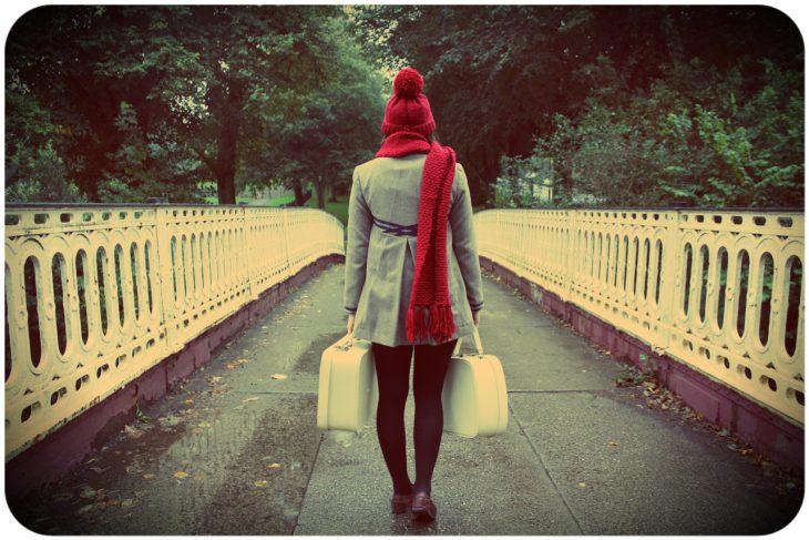 mudanza gorro rojo maletas blancas puente