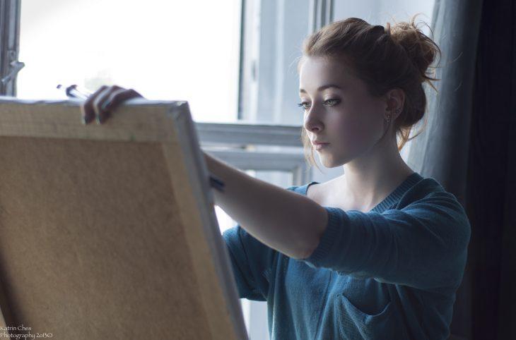 mujer pintando oleo disfruta