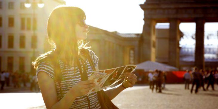 mujer viaje mapa ciudad nueva cabello largo