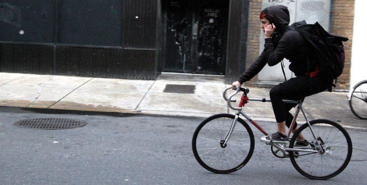viaje en bicicleta celular chica calle