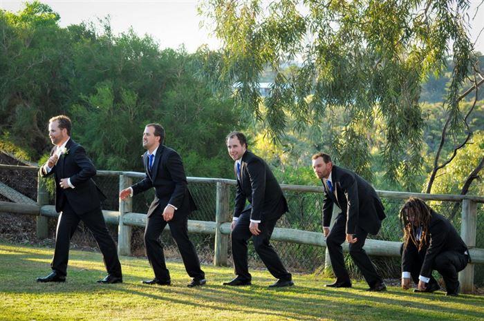 hombres parados en el pasto representando la evolución del hombre