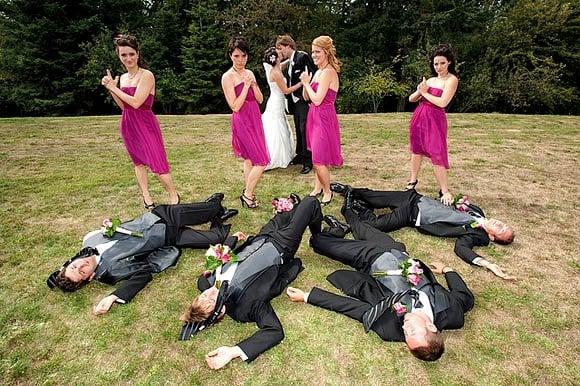 hombres tirados en el pasto, mujeres con las manos en forma de pistola y novios besandose al final