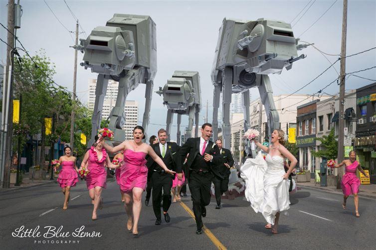personas corriendo siendo perseguidos por robots de star wars