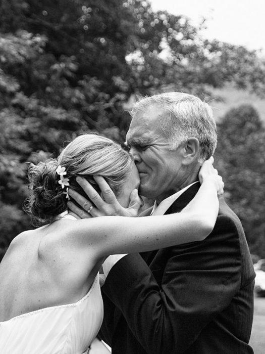 padre besando en la frente a su hija el día de su boda