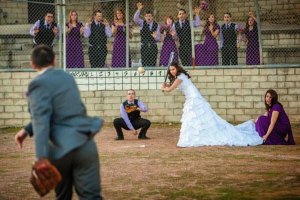 personas en una boda jugando béisbol