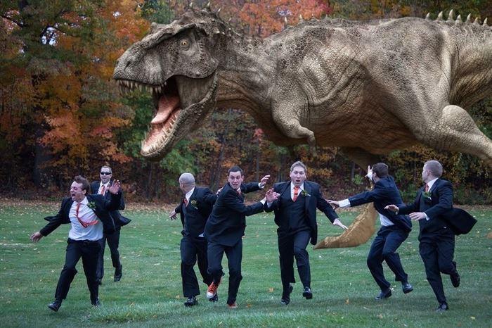 hombres siendo perseguidos por un dinosaurio