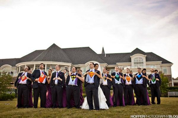 hombres abriéndose la camisa y mostrando la identidad de un superhéroe y una novia junto a ellos