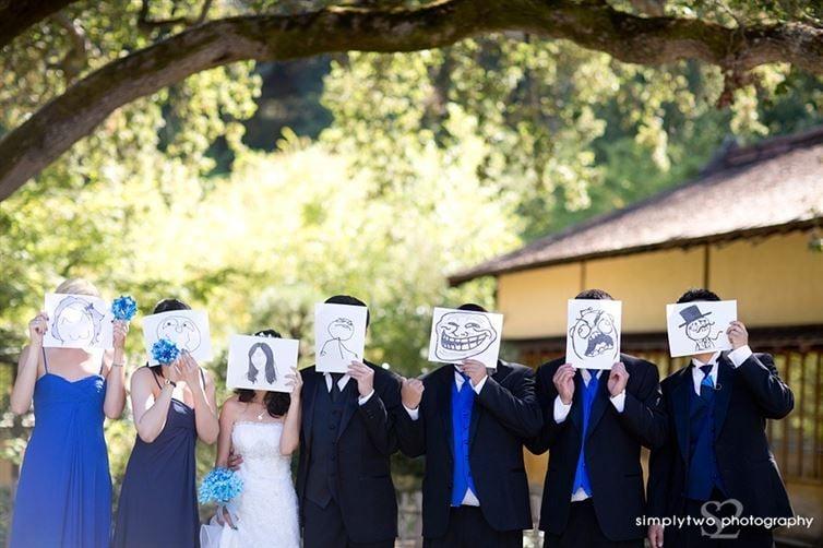 personas sosteniendo hojas con dibujos sobre sus caras