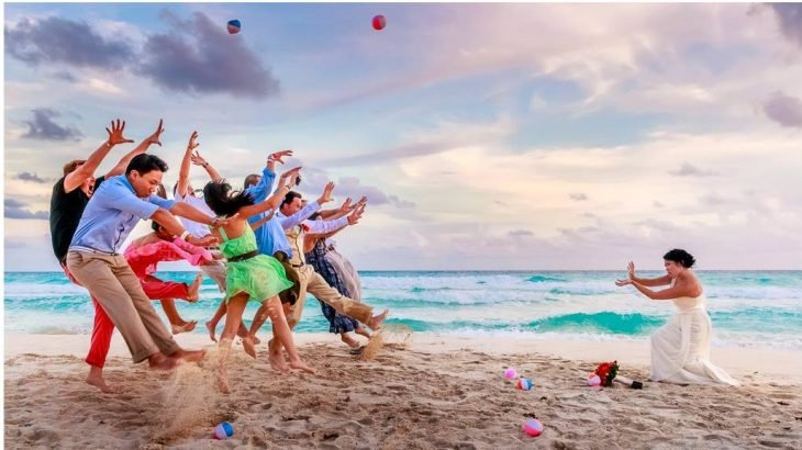 personas en una playa siendo aventadas por la novia