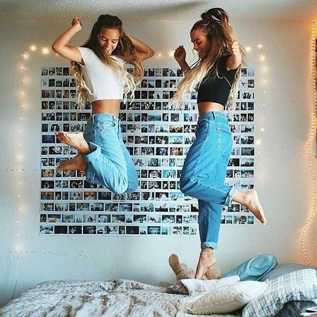 Chicas felices bricando en la cama