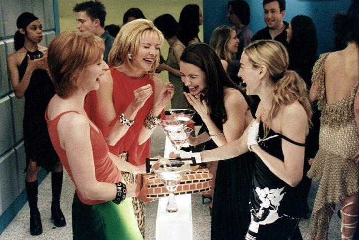 mujeres bebiendo y riéndose