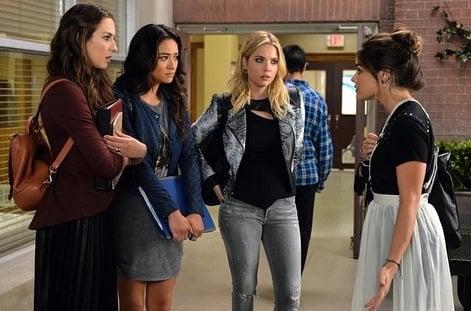 chicas hablando en medio de un pasillo de escuela