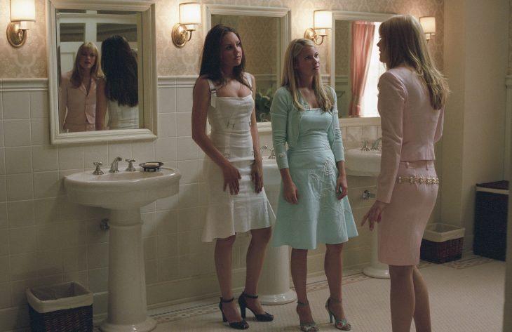 mujeres en el baño conversando