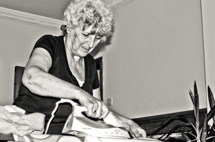 abuela feliz planchando