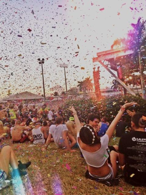 grupo de jóvenes en un festival