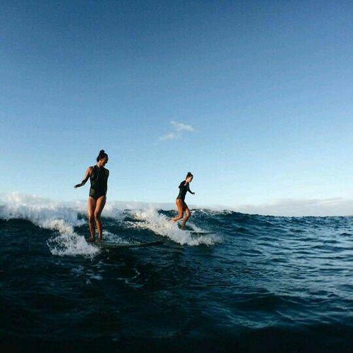 Chicas surfeando en el mar