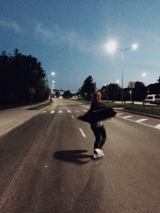 Chica corriendo en la calle