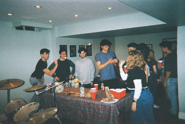 Grupo de chicos en una fiesta en casa