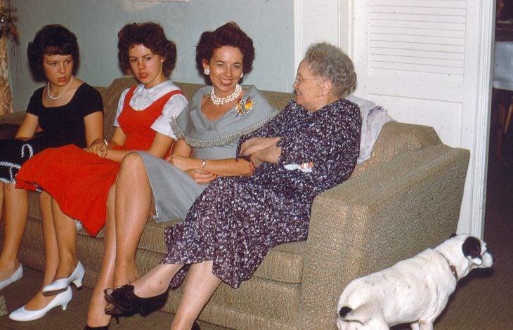 abuela platicando con sus nietas