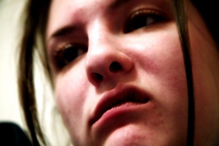 envidia mujer mueca enojaada