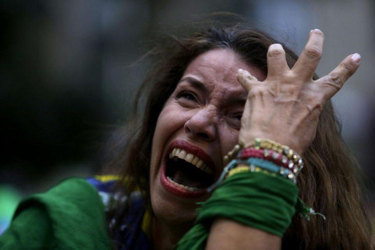 mujer derrumbada dolor