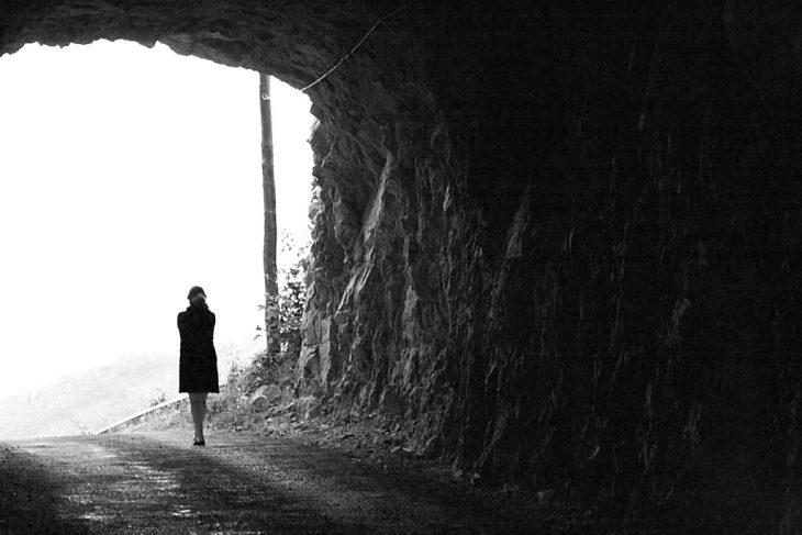 mujer incertidumbre tunel sepia
