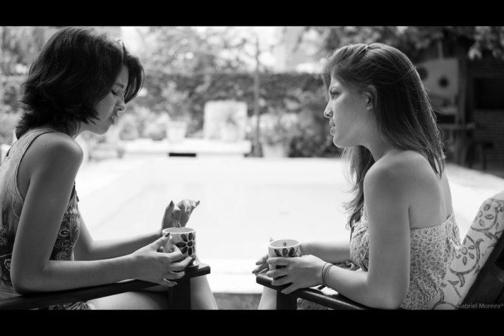 mujer té chisme platica queja