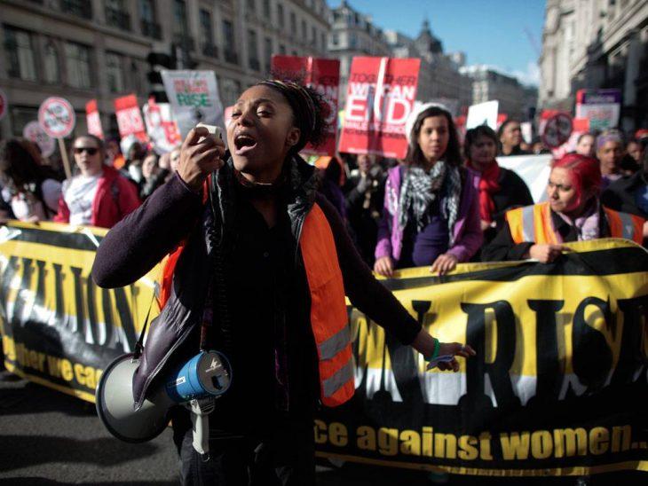 mujer protesta con altavoz