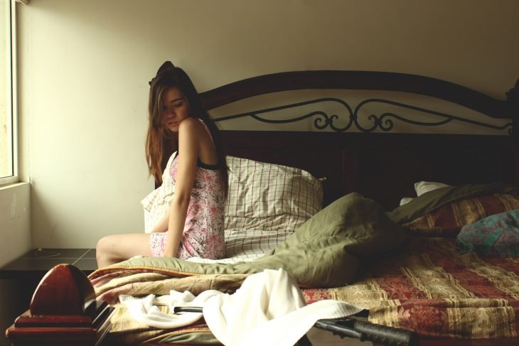 mujer despierta en pijama