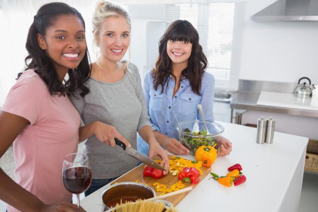 8-tips-para-cocinar-con-amigos