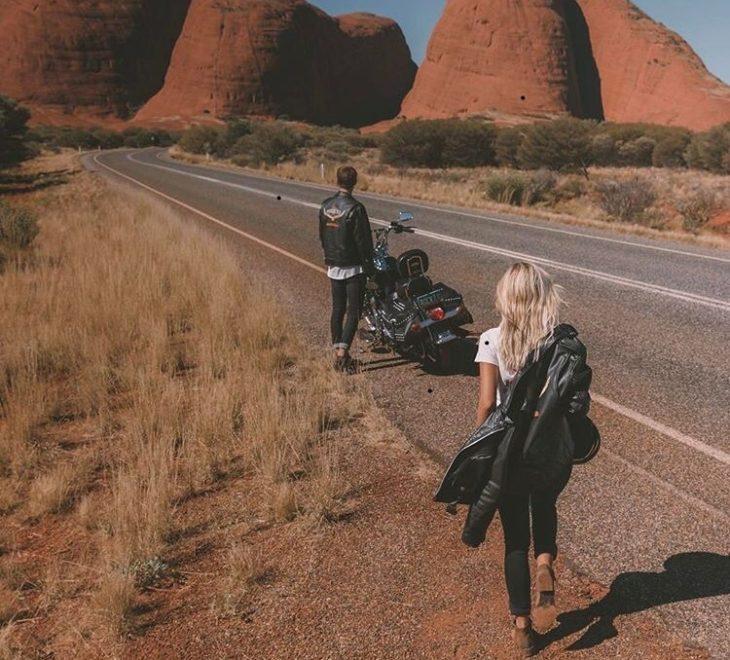 Pareja de bikers en un paraje desértico