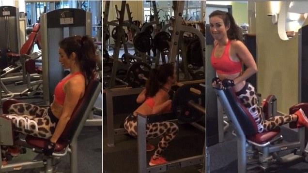 Abby Pell en el gimnasio con diferentes aparatos