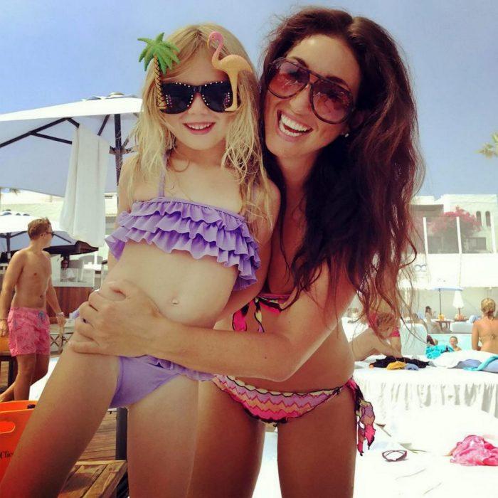 Abby Pell y su hija Bella abrazadas con bikini en una playa
