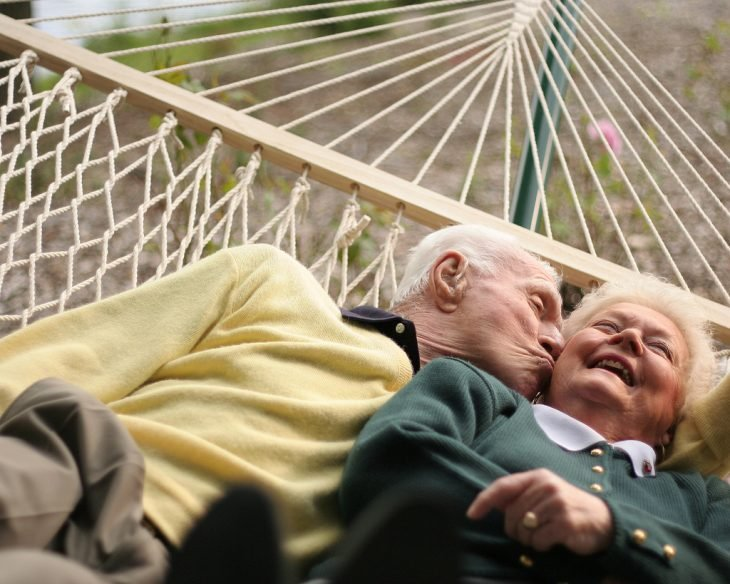 Fotografía de viejitos enamorados
