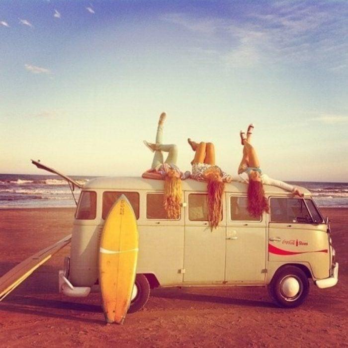 Amigas arriba de una camioneta rumbo a la playa