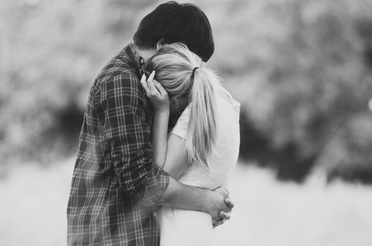 Foto en blanco y negro de una pareja de novios abrazados
