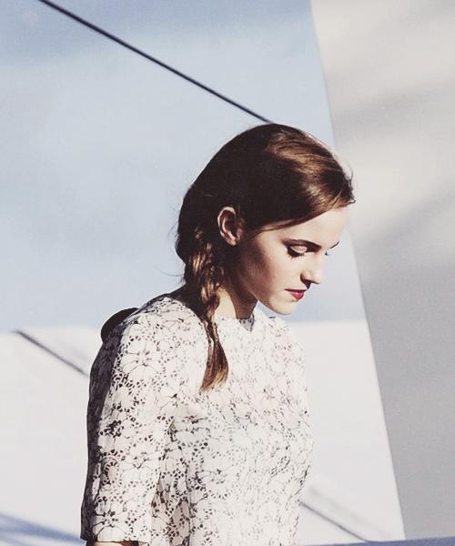 Emma Watson con la mirada hacia abajo